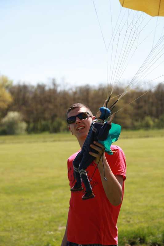 Einer der Fallschirmspringer mit seinem Piloten