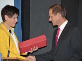 Gern gesehener Gast: DOSB-Präsident Alfons Hörmann wird nach seiner engagierten Rede von LSB-Präsidentin Karin Augustin verabschiedet (Foto: LSB)