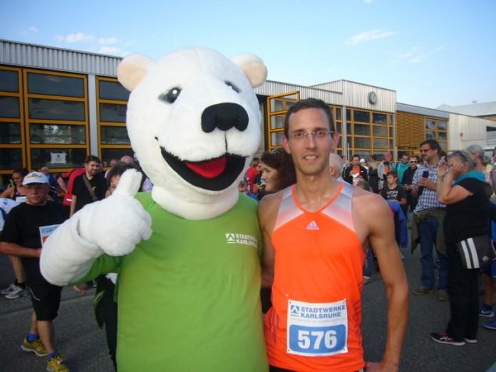Vorjahressieger Sebastian Pieczarek mit dem Maskottchen der Stadtwerke Karlsruhe (Foto: Hannes Blank)