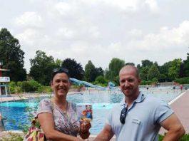 Carmen Wagenblast geht mindestens einmal die Woche im Tiergartenbad schwimmen. Jürgen Wiltschka vom Bad-Team überreichte ihr die Zehnerkarte.