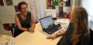 """Vanessa Berg (links) in ihrem Büro im Jugend- und Kooperationszentrum """"Mühle"""" im Gespräch mit Berufspraktikantin Jessica Kletke (Foto: Stadtverwaltung Bad Kreuznach)"""