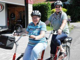 """""""Begleitetes_Wohnen"""" (Foto: Andreas Lang): Gemeinsames Hobby: Margot Martin und ihre Schwester Sylvia Frey lieben Fahrradtouren."""