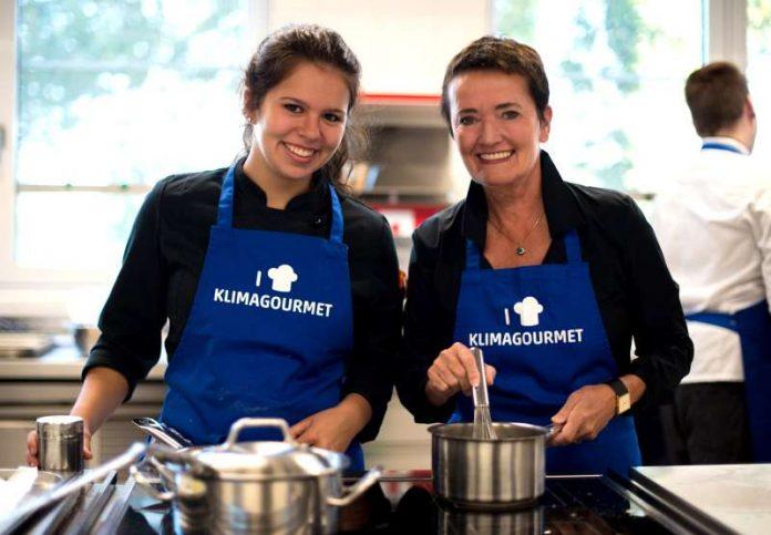 Rosemarie Heilig kocht an der Bergiusschule zum Auftakt der Klimagourmet-Woche (Foto: Salome Roessler)