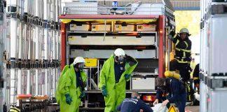 Feuerwehrleute in Chemikalienschutzanzügen (Foto: Helmut Dell)