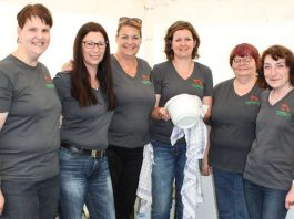 Ohne die Unterstützung von freiwilligen Helfern – wie hier im Bild, den Mitgliedern des Freundeskreis Tiergarten Worms – geht es nicht. (Foto: Freizeitbetriebe Worms GmbH)