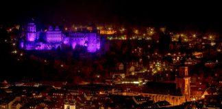 Zum Weltfrühgeborenentag erstrahlt das Heidelberger Schloss in lila (Foto: Andreas Knapp)