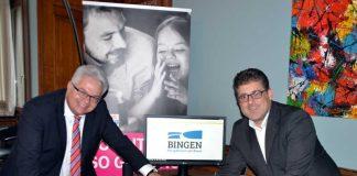 Symbolisch betätigen Key Account Manager Gerd Schäfer von der TELEKOM DEUTSCHLAND GMBH und Bürgermeister Ulrich Mönch einen Buzzer zum Start des neuen Breitbandnetzes in Bingen. (Foto: Stadtverwaltung Bingen)