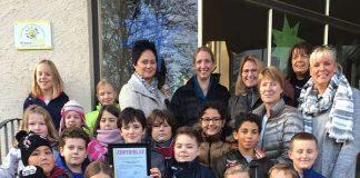 v.r.: Frau Thrun mit den Kolleginnen Frau Rupp, Frau Blass, Frau Lersch, Frau Raab und Frau Kölbel und Kindern der Klassenstufen 2-4. (Foto: Stadtverwaltung Kaiserslautern)
