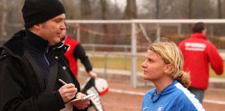 Hannes Blank im Gespräch mit Tanja Coblenzer, ehemals Stürmerin beim Karlsruher SC, auf dem Platz des TSV Neckarau in Mannheim (Foto: Bernd Attner)