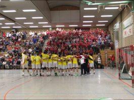 Der beindruckende TSG-Block im Hinspiel: Die Mannschaft begrüßt ihre Fans. (Foto: Harry Reis)