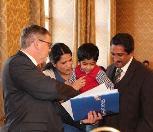Oberbürgermeister Hansjörg Eger überreicht dem kleinen Thomas und seiner Mutter Mayamma die Einbürgerungsurkunde. Papa Scaria, der die deutsche Staatsbürgerschaft bereits 2014 erhielt, freut sich mit. (Foto: Stadt Speyer)