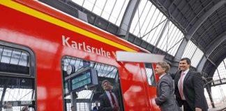 """Oberbürgermeister Dr. Frank Mentrup und Peter Rumpf, Leiter Produktion und Technik der DB Regio Mitte und der S-Bahn RheinNeckar, tauften am Hauptbahnhof Karlsruhe das S-Bahn-Fahrzeug 425 220 auf den Namen """"Karlsruhe"""". (Quelle: Stadtmarketing Karlsruhe GmbH - Foto: ONUK)"""