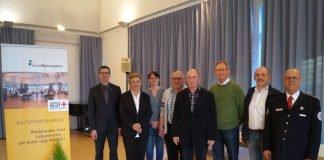 Karla Dehnert, Tamara Kaiser (v.l.) und Adalbert Körner (3. v.r.) wurden für 50 Spenden ausgezeichnet, Werner Bodrogi und Herbert Schorb (Mitte) für 100 Spenden. Mit auf dem Bild OB Schrempp (li.) und Adolf Ret sowie Maik Olpp (v.r.) vom DRK. (Foto: Stadtverwaltung)