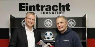 """Dr. Constantin H. Alsheimer und Karl-Heinz """"Charly"""" Körbel bei der Losziehung in der Commerzbank-Arena. (Foto: Mainova AG)"""