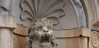 Stolzes Tier: Das Abbild eines bayrischen Löwen mit Landauer Stadtwappen in den Pfoten zierte lange Jahre das Stadtmuseum in der Königstraße, bevor es im II. Weltkrieg eingelagert wurde. Nun kehrte die Statue an ihren angestammten Platz am heutigen Stadtbauamt zurück. (Foto: Stadt Landau in der Pfalz)