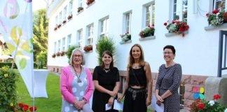 v.l.: Annette Ziegler, Organisatorin Sara Erat, Heidi Marie Sawall & Kirs- ten Wüst vor dem Gartenschau-Haus. (Foto: Gartenschau Bad Herrenalb 2017)