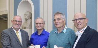Stadtrat Werner Pfisterer (links) und Jürgen Wiesbeck (rechts), Vorsitzender des DRK-Ortsvereins Heidelberg, ehrten Arie-Michael Krüger (2. von links) und Dieter Schiedl für ihr Engagement bei der Blutspende. (Foto: Philipp Rothe)