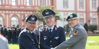 Oberst Olaf von Roeder (Mitte), Kommandeur Landeskommando Hessen, nach der Übergabe der Dienstgeschäfte mit Oberst Helmut Scharfenberg (links) und Oberst Siegfried Zeyer. (Foto: Bundeswehr/Fritz Kopetzky)