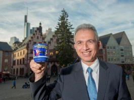 Peter Feldmann präsentiert die Weihnachtsmarkttasse 2017 (Foto: Bernd Kammerer)