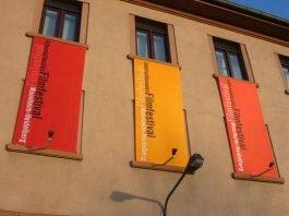 Am Eingangsgebäude zum Festivalgelände in Heidelberg-Rohrbach (Foto: Hannes Blank)