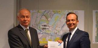 Verkehrsminister Dr. Volker Wissing (re.) erhält Planfeststellungsbeschluss von Dipl.-Ing. Alfred Dreher, Geschäftsführer des LBM Rheinland-Pfalz. (Foto: Wirtschaftsministerium RLP)