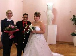 Beigeordnete Stefanie Seiler (l.) und das Brautpaar (Foto Stadt Speyer)