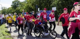 Menschen mit und ohne Behinderung bilden Tandems beim Inklusionslauf als etablierter Bestandteil des Baden-Marathons in Karlsruhe. (Foto: Stadt Karlsruhe)