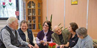 Demenziell veränderte Senioren kommen im Café Malta unter Leute und werden von ehrenamtlichen Maltesern betreut. (Foto: Katharina Eckhardt)