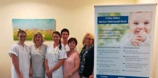 Übergabe an das Team der Gesundheits- und Kinderkrankenpflegerinnen auf der Geburtsstation der Neckar-Odenwald-Kliniken am Standort Mosbach (Foto: Landratsamt Neckar-Odenwald-Kreis)