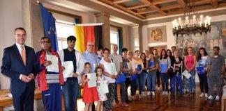 25 Menschen aus 16 verschiedenen Nationen wurden jetzt im Landauer Rathaus von Bürgermeister Dr. Maximilian Ingenthron (l.) eingebürgert. (Foto: Stadt Landau in der Pfalz)