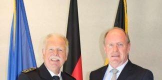 Staatssekretär Wilfried Klenk MdL und Landesbranddirektor Volker Velten bei der Übergabe der Ernennungsurkunde (Foto: Innenministerium)