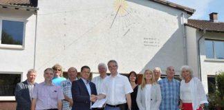 Landrat Christian Engelhardt übergibt den Vertreterinnen und Vertretern der Gemeinde Birkenau den Förderbescheid für den Umbau der Mehrzweckhalle in Hornbach.