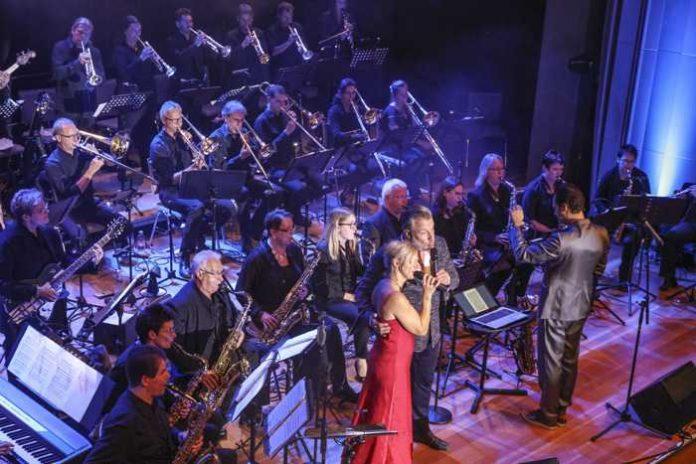 Begeisterte die 600 Gäste des Gala-Konzertes: die BigBand des Landratsamtes Karlsruhe mit Stargast Marc Marshall und Sängerin Tanja Frank (beide Bildmitte). Foto: Fabry