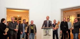 Bürgermeister und Kulturdezernent Dr. Maximilian Ingenthron begrüßte die zahlreichen Besucherinnen und Besucher der Vernissage in der Städtischen Galerie Villa Streccius. Quelle: Stadt Landau in der Pfalz