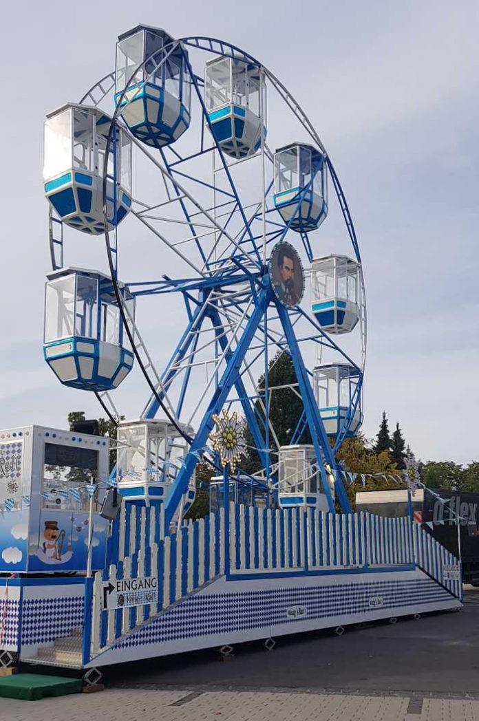 Das 18 Meter hohe Riesenrad (aufgenommen in Kirchberg im Hunsrück) der Kreuznacher Schaustellerfamilie Moser-Steinker, Foto: Dominik Steinker