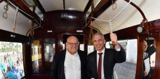 Verkehrsdezernet Osterling und Oberbürgermeister Feldmann in historischem Stadtbahnwagen (Foto: Stadt Frankfurt/Rainer Rüffer)