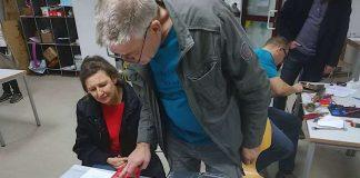 Wolfgang Eller prüft einen CD-Player, den Jutta Haffner mitgebracht hat. (Foto: Stadtverwaltung Neustadt)
