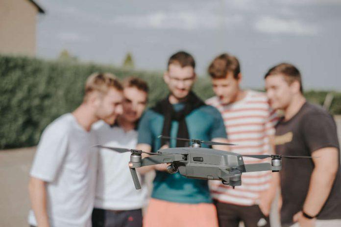 Studierende mit Drohne (Foto: Stephan Presser Photography)