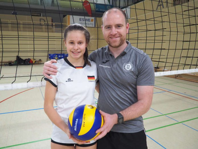Pauline Bietau (links) mit VCW-Nachwuchstrainer Arne Kramer (Foto: VCW)