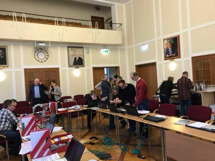 Der Verwaltungsstab der Stadt Bruchsal im Sitzungssaal des Rathauses am Marktplatz. Foto: Stadt Bruchsal