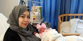 Mutter Emira Ouali-Mrabet mit ihrer Tochter Lemis (Foto: Westpfalz-Klinikum)
