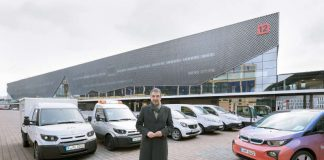 Uwe Behm, Geschäftsführer der Messe Frankfurt, und der messeinterne Fuhrpark an Elektrofahrzeugen. Darunter vertreten die Transportfahrzeuge des Typs StreetScooter und ein BMW i3. (Foto: Messe Frankfurt)