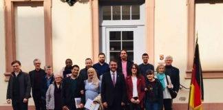 Gruppenfoto nach der Einbürgerung (Foto: Stadtverwaltung Neustadt)