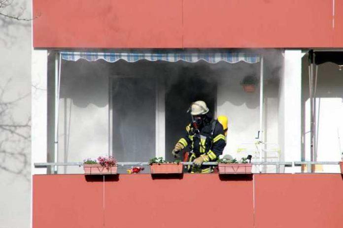 Symbolbild Feuerwehr, Brand, Wohnungsbrand, Rauch, Balkon © Jenkyll on Pixabay