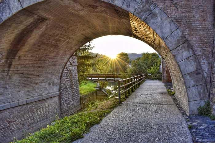 Symbolbild, Brücke, Weg, Wiese, Grünanlage, Wasser, kleiner Tunnel, Morgensonne, Frühjahr, Sommer © on Pixabay