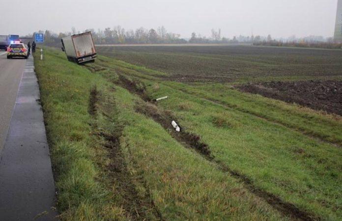 Glück im Unglück: der LKW kippte nicht um (Foto: Polizei RLP)