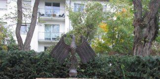 Die Adler-Skulptur auf dem Neustadter Hauptfriedhof (Foto: Stadtverwaltung Neustadt)