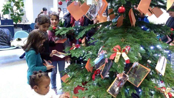 Kinder haben wieder Weihnachtswünsche an einen Tannenbaum gehängt, der im Bürgerbüro steht. (Foto: Stadtverwaltung Neustadt)