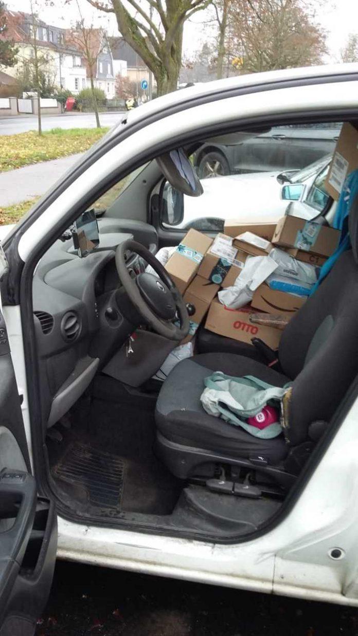 Pakete auf dem Beifahrersitz eines Paketausliferers