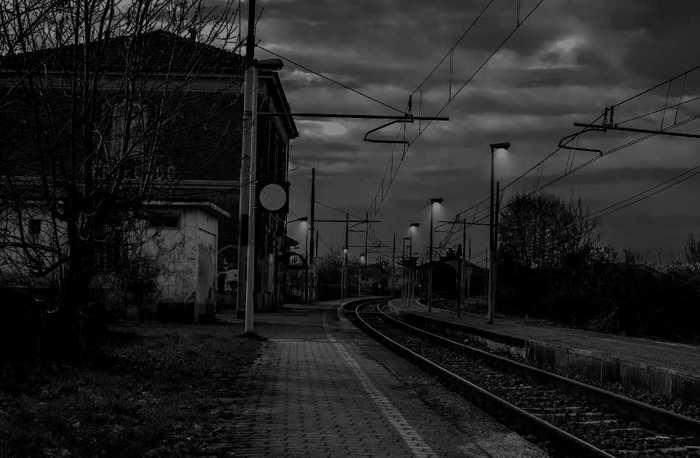 Symbolbild, Zug, Bahnhof, klein, Dorf, Bahnhofsgebaeude, Schienen, Nacht, Daemmerung © on pixabay